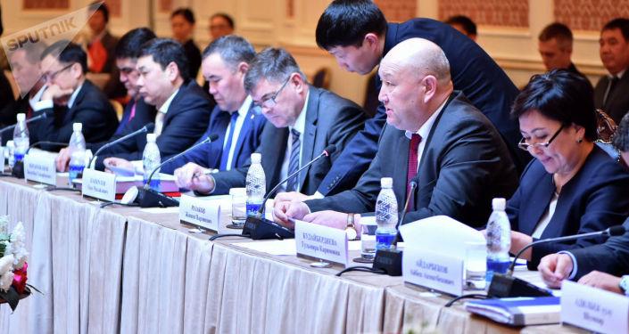 Вице-премьер Жениш Разаков на заседании Кыргызско-российской межправительственной комиссии по торгово-экономическому, научно-техническому и гуманитарному сотрудничеству.