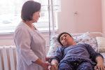 Бишкек шаарында кыргызстандык дарыгерлердин тобу гемодиализге түшүп калган 22 жаштагы Рысбек уулу Нурболотко атасынын бөйрөгүн салды.