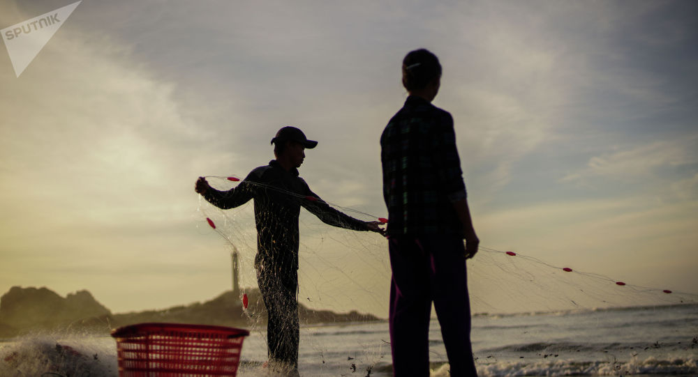 Рыбаки на берегу моря. Архивное фото