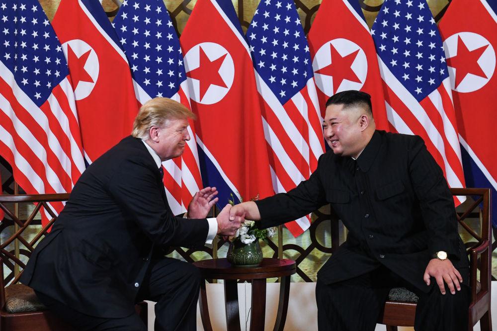 Президент США Дональд Трамп и лидер КНДР Ким Чен Ын на встрече в Ханое