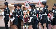 Юные инспекторы дорожного движения (ЮИДД) и юные друзья милиции (ЮДМ) под руководством инспекторов по делам несовершеннолетних Бишкека и Чуйской области продемонстрировали строевую подготовку, знание ПДД и разыграли поучительные сценки.