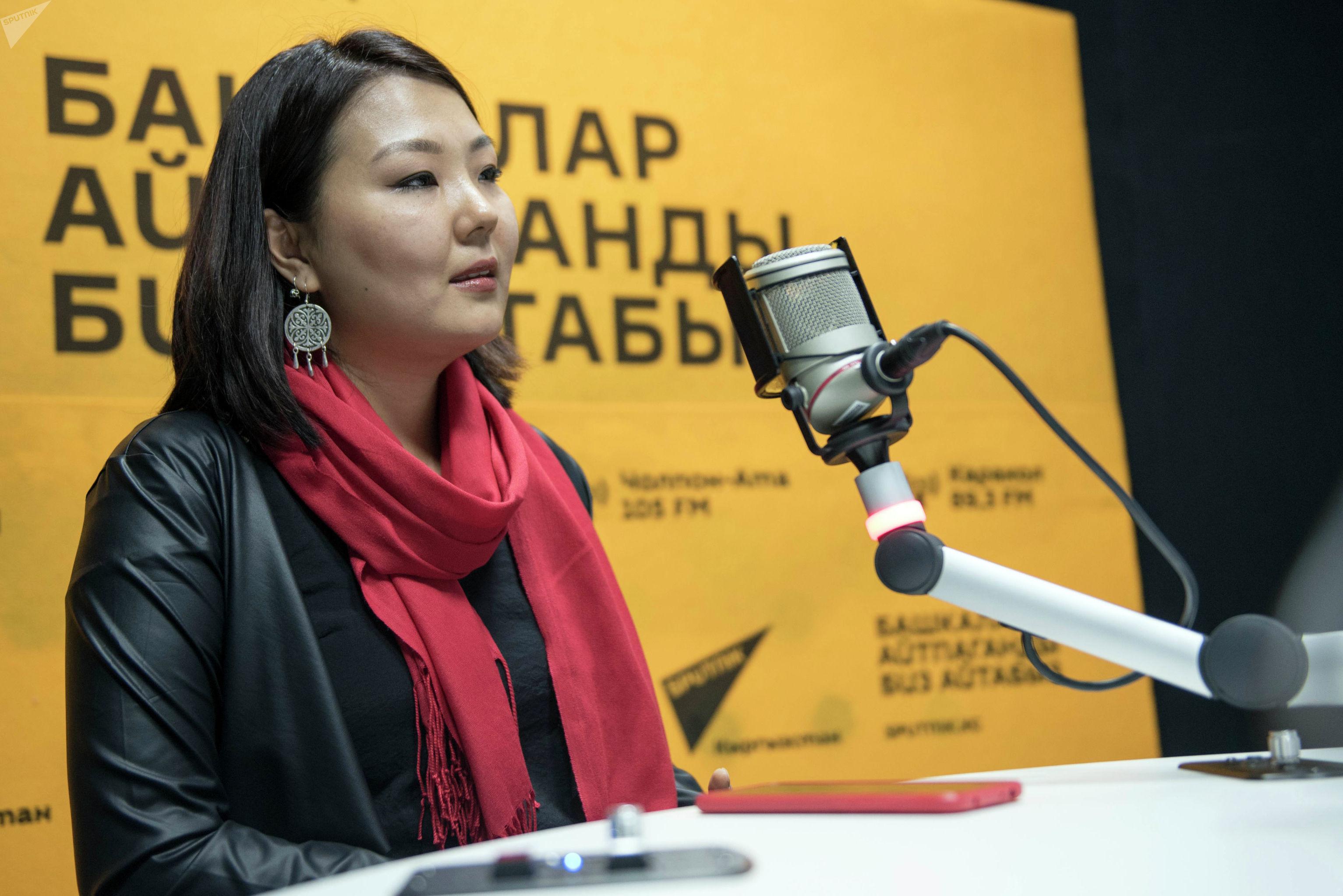 Руководитель отдела в IT-департаменте Сияпат Усенбекова во время беседы на радио Sputnik Кыргызстан