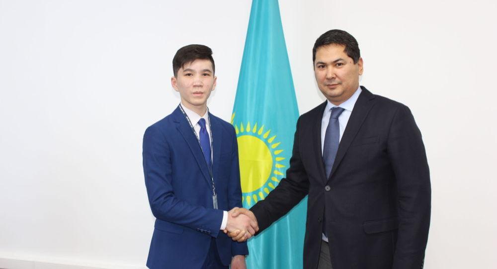 В казахстанком Кызылорде 15-летний школьник Дамир Бозаев получил официальное назначение в областном департаменте агентства по делам государственной службы и противодействию коррупции, став внештатным советником руководителя.