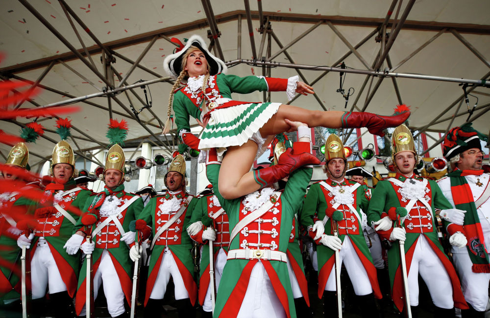 Участники уличного карнавала во время церемонии открытия в Кельне