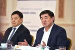 Премьер-министр Мухаммедкалый Абылгазиев ЖИА бизнес-ассоциациясынын мүчөлөрү менен жолугушуп жатканда