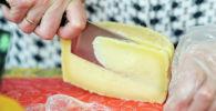 Разрезание сыра. Архивное фото