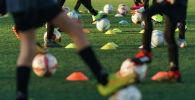 Футболистки во время тренировки. Архивное фото