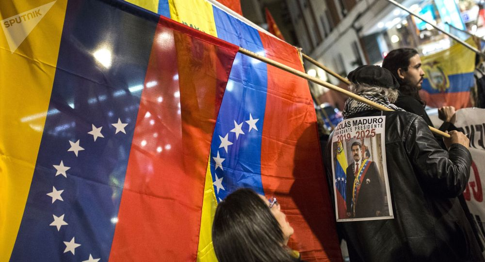 Участники акции в поддержку легитимного президента Венесуэлы Николаса Мадуро в Мадриде.