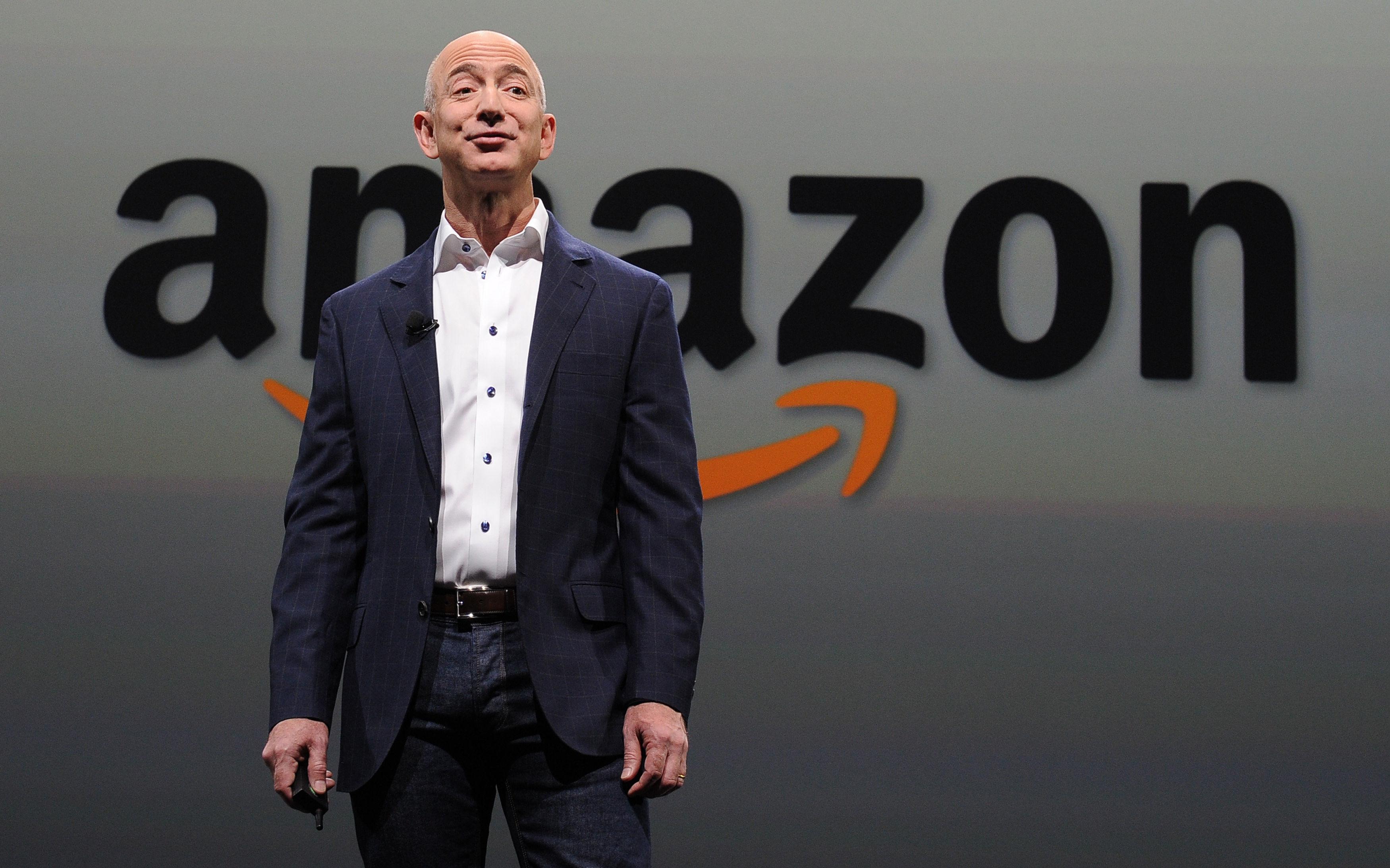 Генеральный директор Amazon Джефф Безос, представляет новую Kindle Paper white во время пресс-конференции в Санта-Монике, штат Калифорния. 6 сентября 2012 года