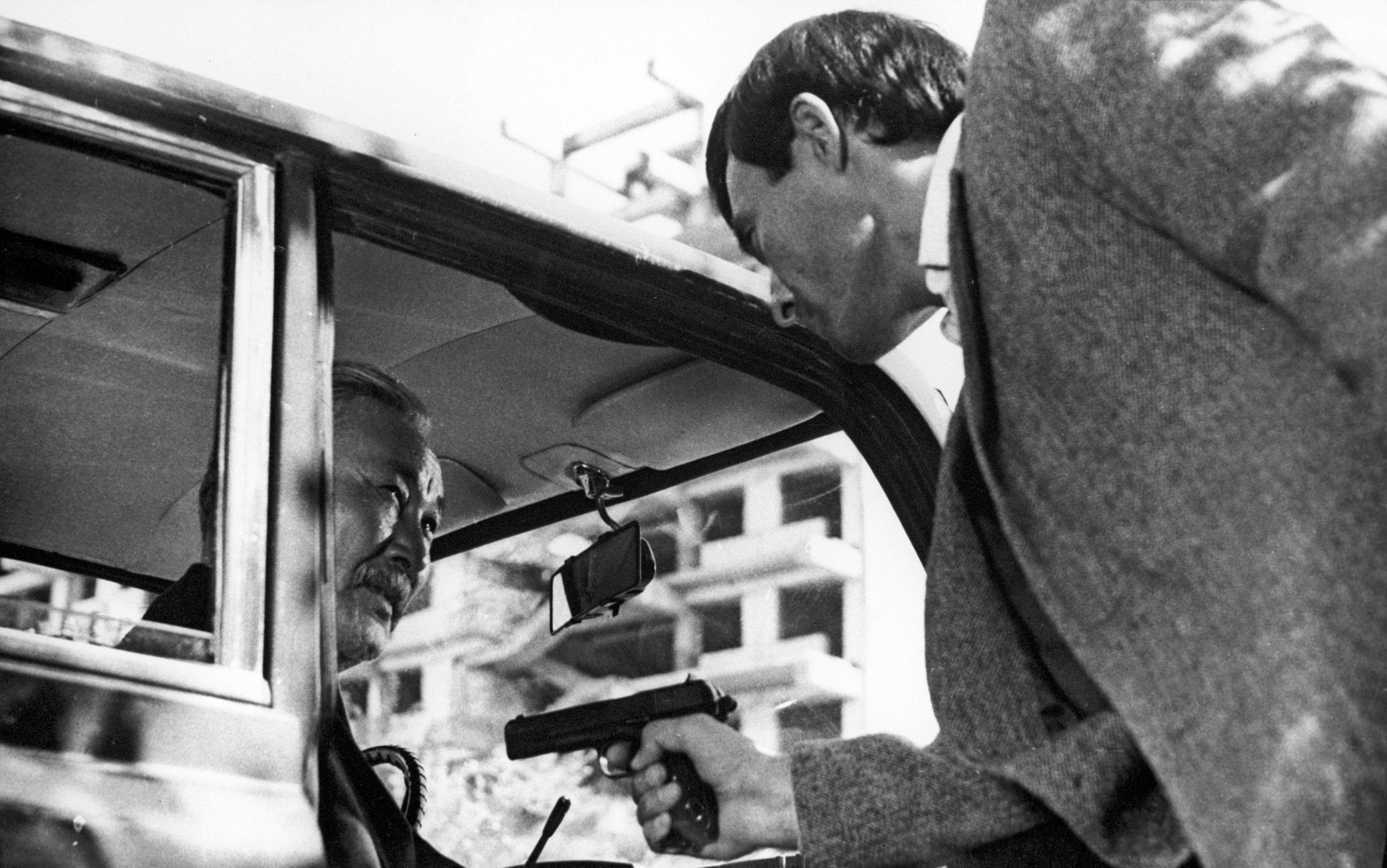 Кадр из фильма Волчья яма. Режиссер Болотбек Шамшиев. Актер Талгат Нигматулин в роли Самата (справа) и актер Кененбай Кожабеков в роли Мусы Шарипова. Киностудия Киргизфильм, 1983 год.
