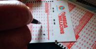 Номера лотерейного билета Mega Millions в Лос-Анджелесе. Калифорния, 23 октября 2018 года