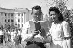 Известный хирург Мамбет Мамакеев и Касиет Жумаева (так говорится в описании к снимку) сфотографировались в 1950 году во Фрунзе