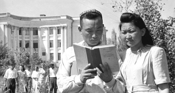 Белгилүү хирург Мамбет Мамакеев менен Касиет Жумаеванын (архивдеги жазуу боюнча) сүрөтү 1950-жылы Фрунзе (азыркы Бишкек) шаарында тартылган