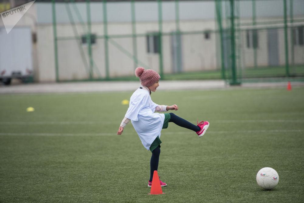 Известные женщины страны и девочки-подростки сыграли в футбол