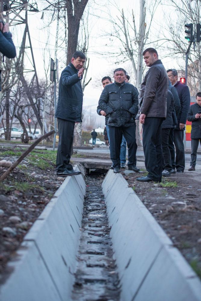 Это не обычная прогулка, а рабочая. Таким образом чиновники выявляют проблемы и думают, как их решить.