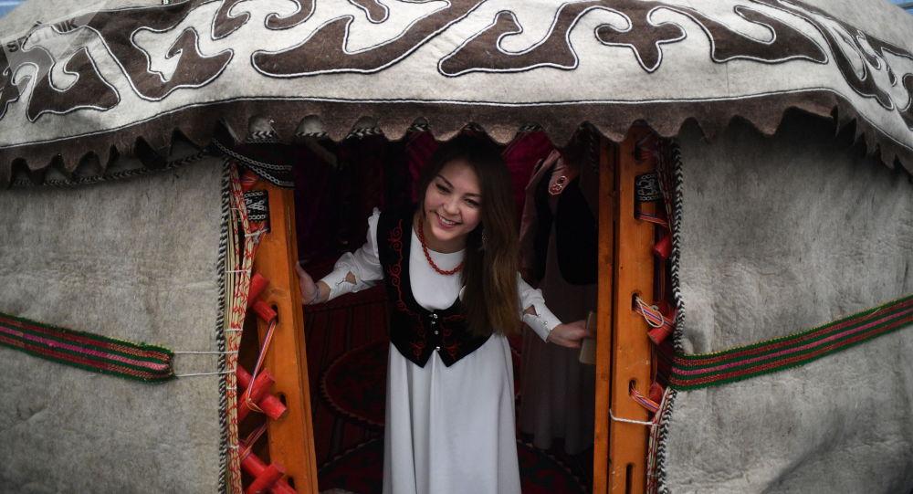 Девушка в национальной одежде в юрте. Архивное фото