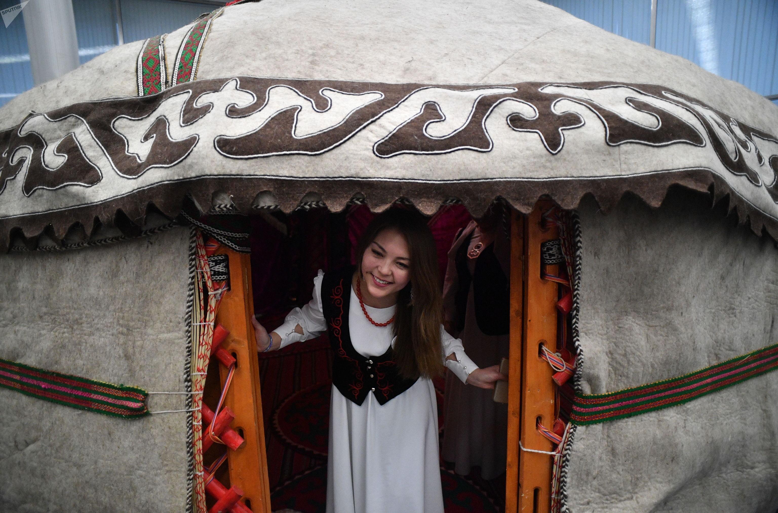 Девушка в национальной одежде на мероприятии в честь Дня ак калпака в Москве