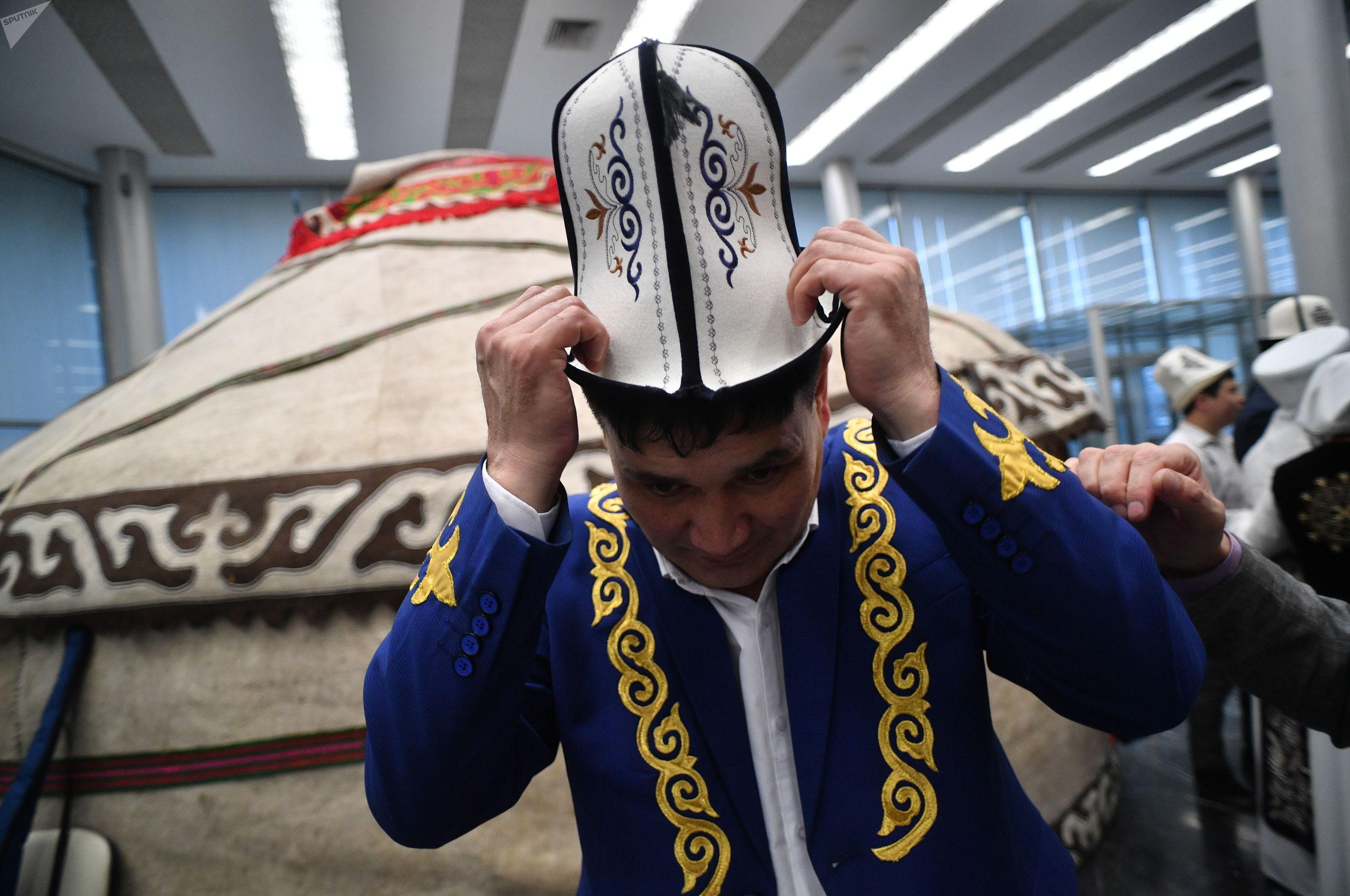 Мужчина в национальной одежде на мероприятии в честь Дня ак калпака в Москве