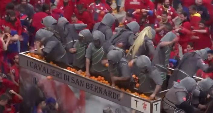 Тысячи итальянцев бросали друг в друга апельсинами в честь окончания масленицы.