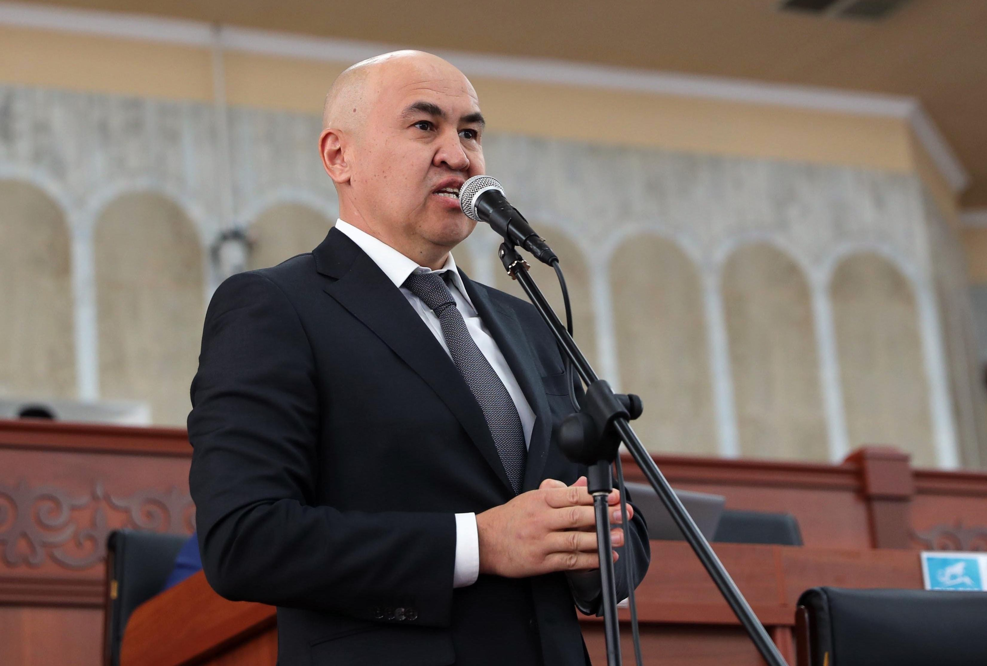 Лидер фракции Бир Бол Алтынбек Сулайманов на заседании ЖК