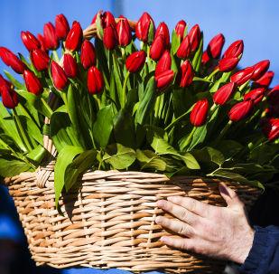 Мужчина с корзиной цветов. Архивное фото