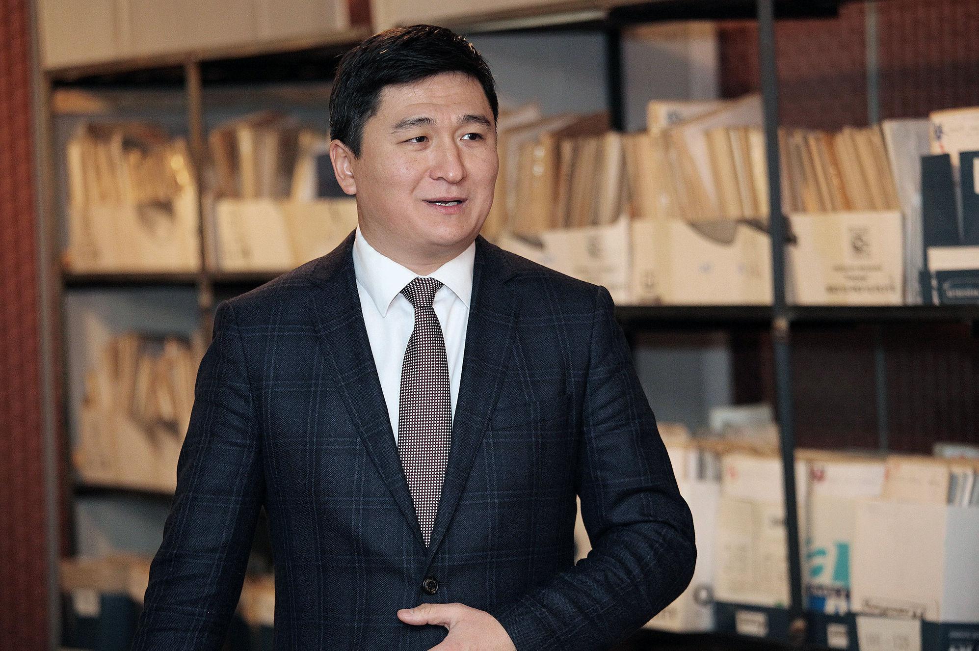 Председатель правления Фонда развития предпринимательства Чингиз Макешов в архивном зале