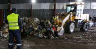 Подготовка мусора к переработке. Архивное фото