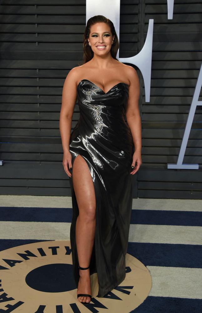 Эшли Грэм является примером для многих пышнотелых дам. При росте 175 сантиметров она весит 91 килограмм и работает с известными брендами. В портфолио Грэм — съемки для Vogue, Harper's Bazaar, Glamour и Elle UK.