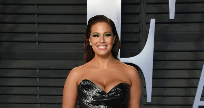 Модель plus-size Эшли Грэм прибывает на Оскар вечеринку Vanity Fair в Беверли Хиллз