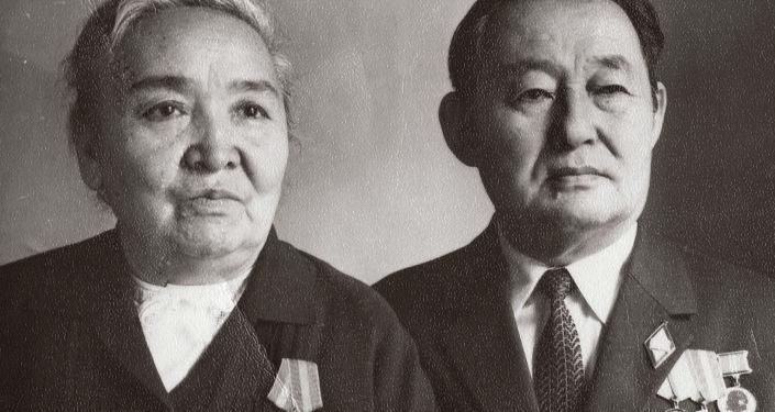 Ученый-филолог, первая кыргызская актриса Айша Карасаева с мужем филологом, тюркологом Кусейином Карасаевым