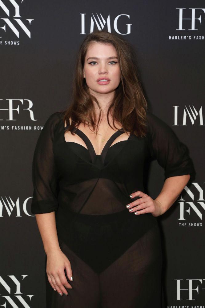 Тара Линн впервые появилась на обложке французского Elle в 2010 году. Фотосессия девушки с 56-м размером вызвала небывалый ажиотаж. Рост красавицы — 175 сантиметров, а весит она 98 килограммов. Это одна из самых востребованных моделей plus size.