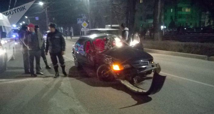 Тез жардам кызматынын унаасы Lada үлгүсүндөгү машина менен кагышкан