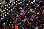Стамбулда 8-март аялдардын эл аралык күнүндө шаардын көчөлөрүнө жүрүшкө чыккандарды полиция көздөн жаш агызуучу газ жана желим ок менен атып таратты