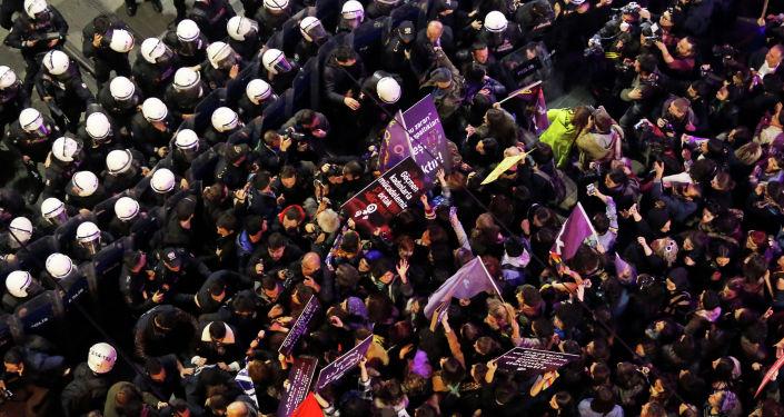 Сотрудники полиции разгоняют марш феминисток, приуроченный к Международному женскому дню в Стамбуле. 8 марта 2019 года