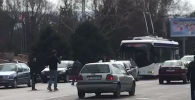 В Бишкеке сбили женщину, перебегавшую дорогу с детьми. Видео с места