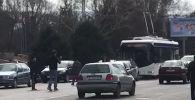 Бишкек: эки баласы менен жолдон өтүп бараткан келинди автоунаа коюп кетти. Видео