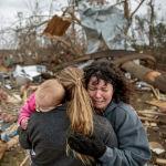 Пострадавшие от торнадо в американском штате Алабама. Был введен режим чрезвычайной ситуации, что позволит оказать штату помощь из федерального бюджета США. Жертвами стихии стали 23 человека.