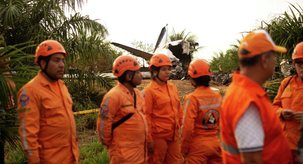Спасатели на месте крушения Boeing авиакомпании Ethiopian Airlines недалеко от эфиопского города Дэбрэ-Зэйт. 9 марта 2019 год