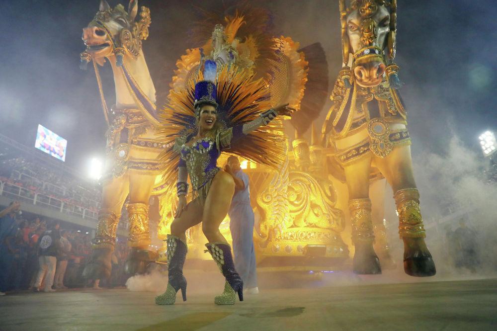 Участница ежегодного карнавала в Рио-де-Жанейро (Бразилия)