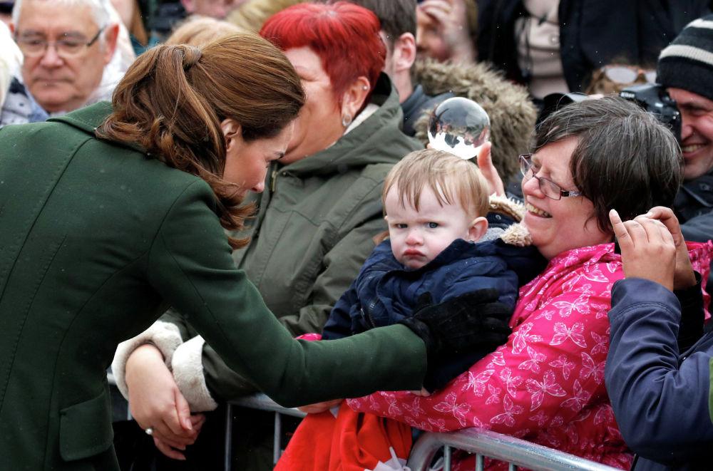 Кэтрин, герцогиня Кембриджская, приветствует людей возле Блекпульской башни (Великобритания)