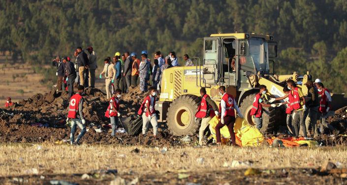 Спасатели работают на месте крушения Boeing авиакомпании Ethiopian Airlines недалеко от эфиопского города Дэбрэ-Зэйт. 10 марта 2019 год