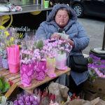 Продавщица цветов в Киеве (Украина) в преддверии Международного женского дня