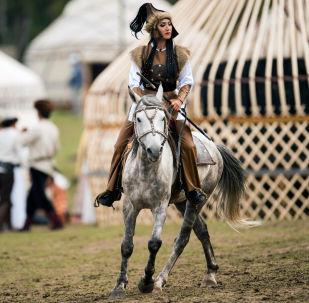 Эр-Рияд шаарындагы фестивалдын башкы даярдыгында жаракат алган жаачы кыз Асланайым Аширова. Архив