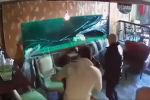 В кафе в Черногории разбился огромный аквариум, в результате чего содержимое резервуара накрыло водопадом двух посетителей заведения.