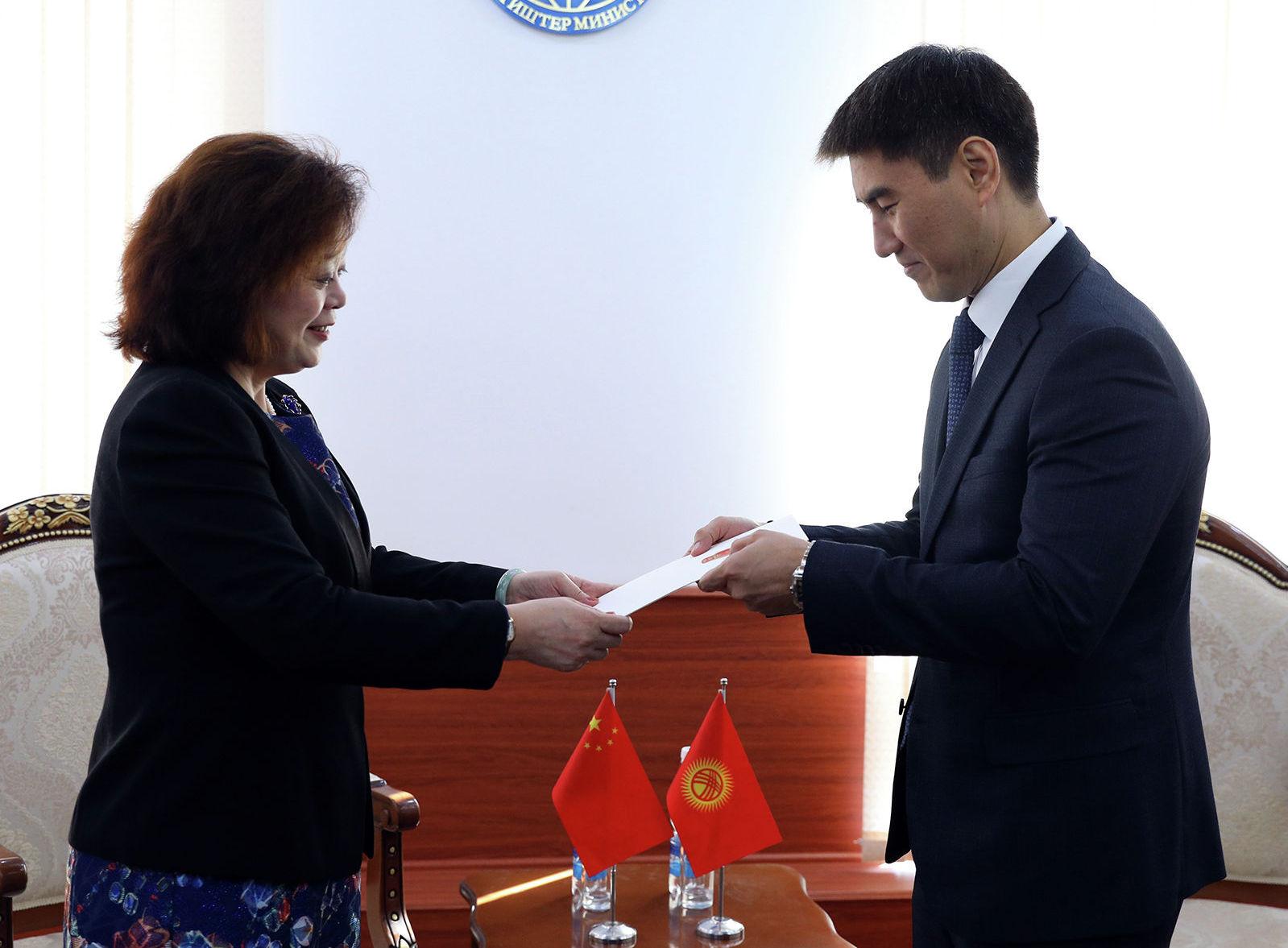 Новый посол Китая в Кыргызстане Ду Дэвэнь вручила копии верительных грамот министру иностранных дел Чингизу Айдарбекову