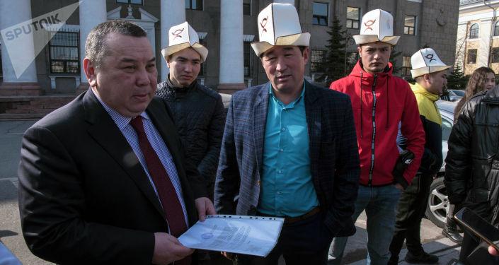 Кыргыз чоролору коомдук бирикмеси 8-март күнү феминисттердин жүрүшүндө провокациялык аракеттер болду деп нааразычылык акциясын өткөрүү үчүн мэрияга уруксат кагазын таштаганы барды.