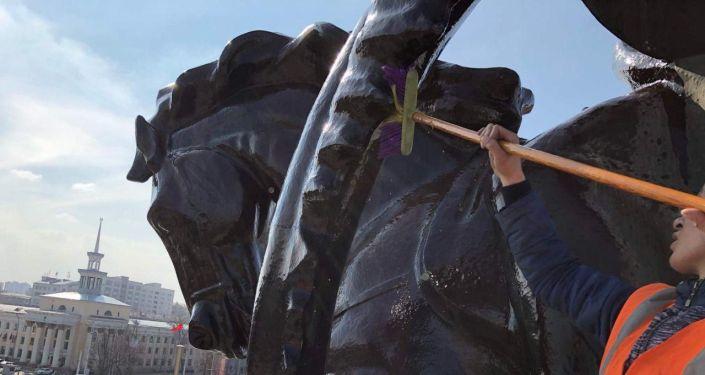 Сотрудники муниципального предприятия Тазалык помыли статую Манаса, расположенную около Кыргызской национальной филармонии имени Токтогула Сатылганова в Бишкеке