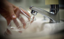 Человек набирает воду из-под крана. Архивное фото
