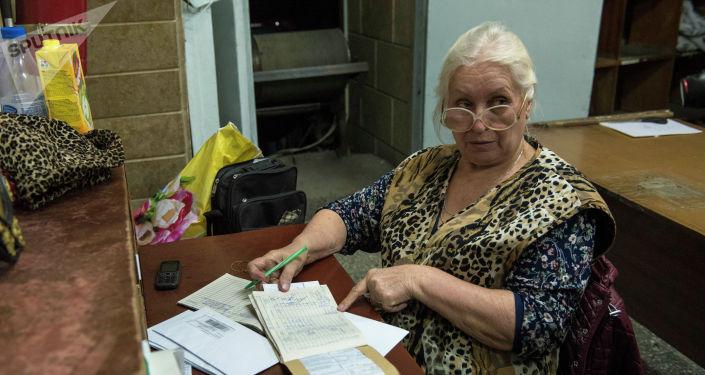 Сотрудники Кыргыз почтасы готовят письма счастья о наложения штрафов в рамках проекта Безопасный город в Бишкеке.