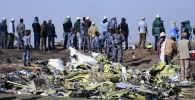 Федеральные полицейские Эфиопии стоят на месте крушения самолета ET 302 самолета Ethiopian Airlines
